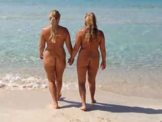 2 Fotzen Pissen ins Meer